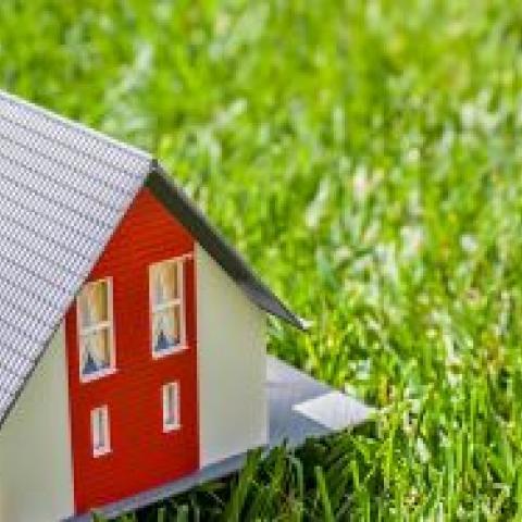 Дает ли владение домом право претендовать на участок под ним?