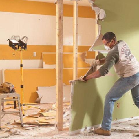 Сломать стены, чтобы продать квартиру? Самовольная перепланировка квартиры создаст трудности при продаже.