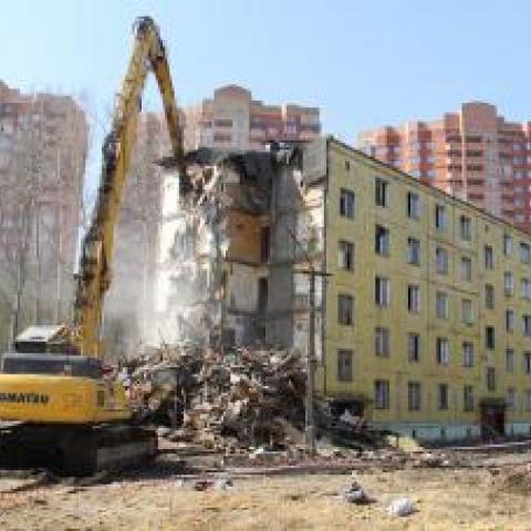 Медведев продлил на год программу расселения аварийного жилья в Крыму.