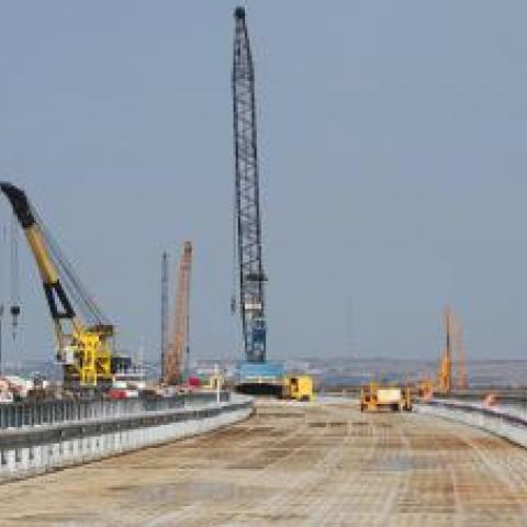 Строители готовятся к сборке железнодорожной части моста через Керченский пролив.
