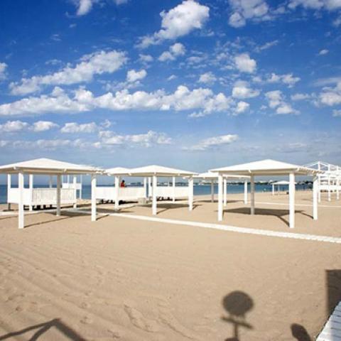 Пляжи Евпатории готовят к купальному сезону.