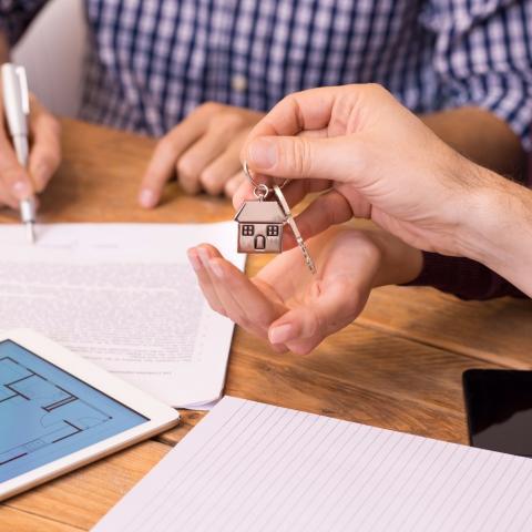 Как продать квартиру родственникам правильно: просто о сложном.