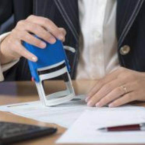 Метр с печатью. Новый закон обязывает оформлять через нотариуса все сделки с долями недвижимости.