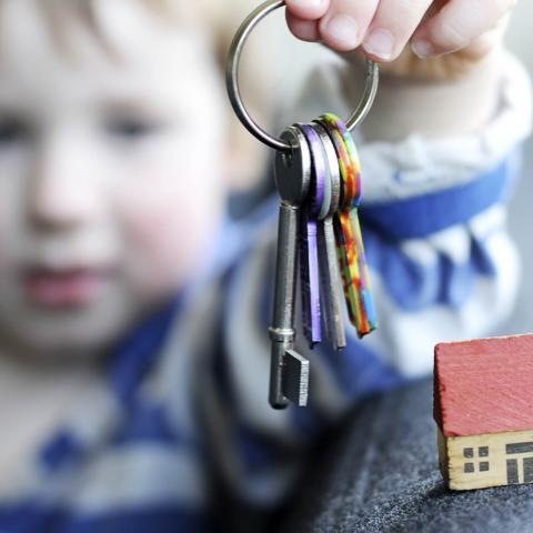 Как продать квартиру с прописанными в ней несовершеннолетними?