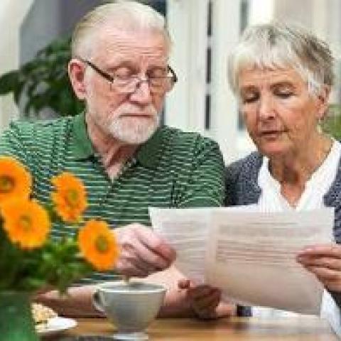 Пенсионерам запретят продавать свои квартиры без разрешения.