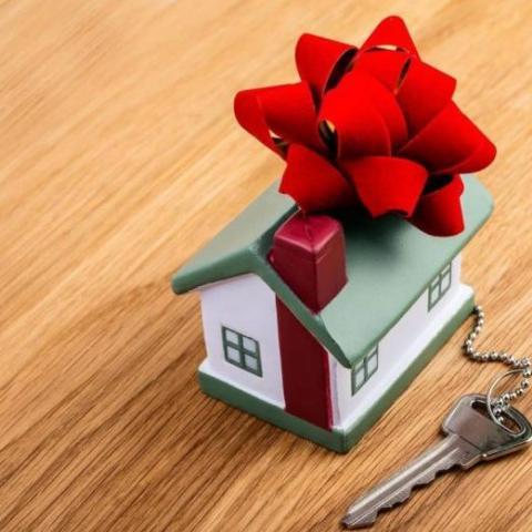 Изменились правила уплаты налогов с подаренных квартир, домов, дач и земельных участков.
